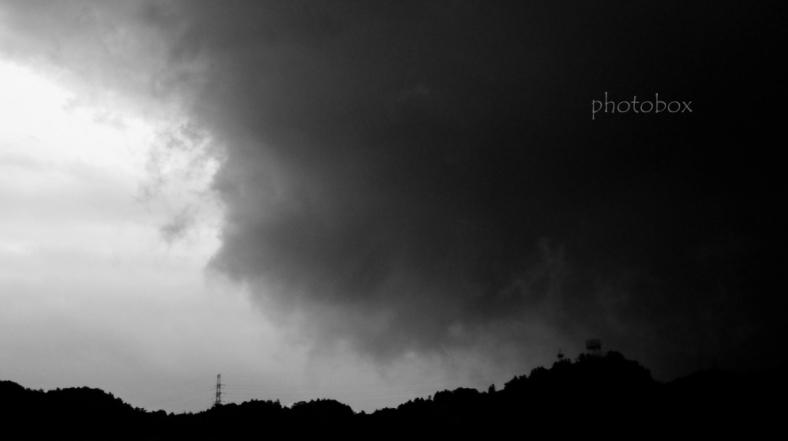暗雲垂れこめる