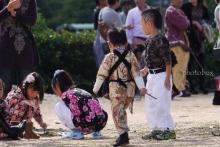 今頃の子どもの恰好。 自分たちが子どもだった頃は着物を着て、頭にお団子を作ってもらっていた。