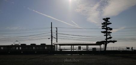 逆光で電車は黒く、海は白く飛んでしまった。 今度は午前中に訪ねてみたい。