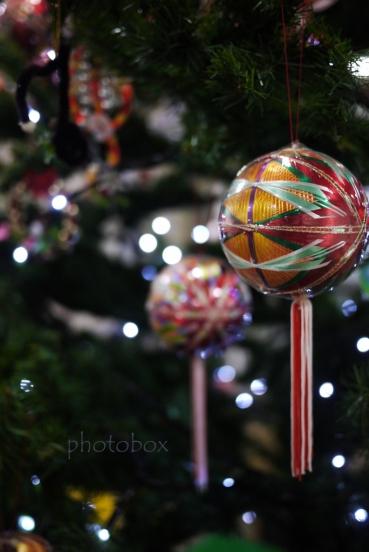ロープウェイ乗り場に飾ってあったクリスマスツリーのオーナメントは珍しい手毬。