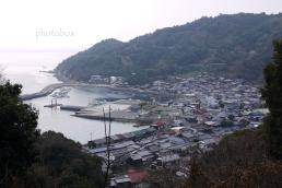 高松山から西側に睦月港を望む。 向こうに見える幟立山では島四国八十八ヶ所巡りが出来る。