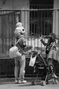 小さな子どもを連れた若い夫婦