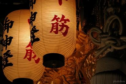 龍の刺繍が施された飾り(お面)と提灯が幻想的